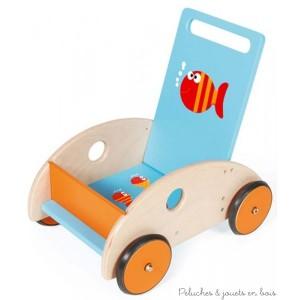 Le chariot de marche poisson de la marque Scratch à une poignée inclinable ajustable en fonction de bébé et est muni d'un frein qui permet de régler la vitesse. Ses roues sont recouvertes de caoutchouc pour un usage plus sûr et plus silencieux. Il accompagnera les premier pas de bébé en toute sécurité. Dimensions 45 x 45 x 31 cm. Normes CE