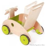 Le chariot de marche vache de la marque Scratch à une poignée inclinable ajustable en fonction de bébé et est muni d'un frein qui permet de régler la vitesse. Ses roues sont recouvertes de caoutchouc pour un usage plus sûr et plus silencieux. Il accompagnera les premier pas de bébé en toute sécurité. Dimensions 45 x 45 x 31 cm. Normes CE