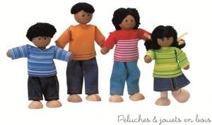 Cette famille de poupées ethniques articulées pour maison de poupées en bois est de la marque bio-eco-responsable Plan Toys. A partir de 3 ans+