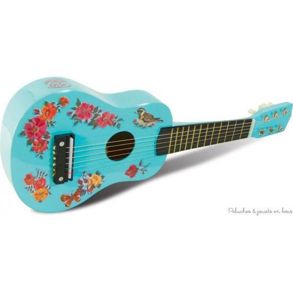 Pour évéiller très tôt les plus jeunes à la musique cette jolie guitare sera parfaite. Un jouet issu de l'univers poétique de Nathalie Lété. Longueur : 52 cm. Normes CE