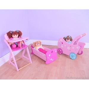 Une très jolie chaise haute, landau ou poussette rose en bois verni au design gai et coloré de la marque Bigjigs. A partir de 3 ans+