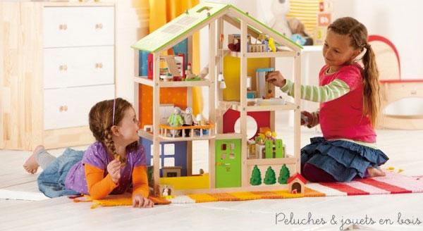 Une maison de poupées en bois d'érable de 3 étages avec 5 pièces et une terrasse entièrement meublées signée Hape. A partir de 3 ans+