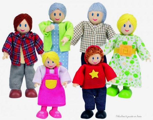 Une famille de poupées souples en bois comprenant le père, la mère, les deux enfants et les deux grands-parents. Dimensions de la boîte 20 x 26 x 5 cm. Normes CE