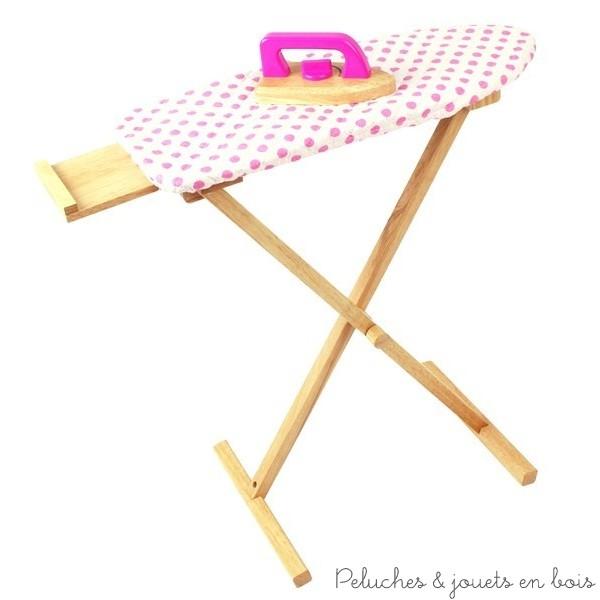 Cette table à repasser et un fer à repasser en bois de la marque Bigjigs est idéale pour faire son repassage comme maman ! A partir de 3 ans+