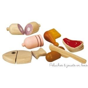 Un ensemble en bois d'hévéa labélisé FSC d'assortiment d'aliments à couper pour jouer à la dinette ou à la marchande de la marque bio-eco-responsable Plan Toys. A partir de 18 mois+