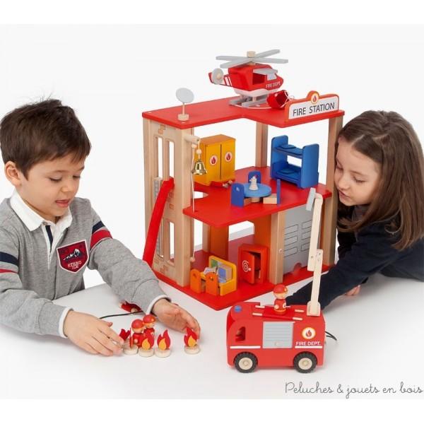 Une très belle caserne de pompiers en bois entièrement meublée et équipée de multiples accessoires et de 4 pompiers, un ensemble de 31 pièces de la marque Sevi. A partir de 3 ans+