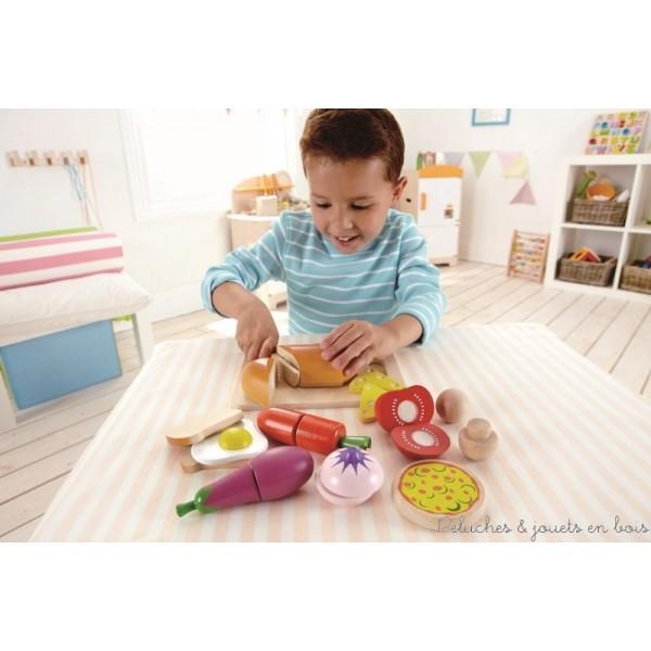 Le choix du chef de la marque Hape est un ensemble en bois comprenant tout ce dont votre enfant aura besoin pour préparer un repas et le servir à table. Il suffira d'y ajouter une petite pincée d'imagination. A partir de 3 ans+