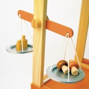 balance avec des poids, le tout en bois bien sûr, livrés avec le grand marché de la marque House of toys