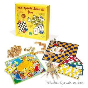 Un coffret de jeux en bois massif contenant 25 jeux de société : petits chevaux, jeu de l'oie, dames, jacquet, dominos, osselets, mikado, 7 familles, loto, etc.…avec les règles des jeux.