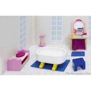 Cet ensemble de meubles de salle de bain comprend : Un meuble vasque avec miroir et ses accessoires, une baignoire sur pieds, un meuble bas, un tabouret, un chandelier et deux tapis. Ce mobilier s'adapte au château ainsi qu'à toutes les maisons Goki. Largeur de la baignoire 10.5 cm. Normes CE.