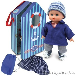 Un adorable bébé petit câlin Finistère en vinyle souple parfumé et corps souple en tissus aux yeux bleus dormeurs dans sa tenue de marin. Sa cabine de marin à fenêtre contient le bébé habillé comme sur la photo ainsi qu' un maillot de bain en vichy marine et un sac de marin. Normes CE