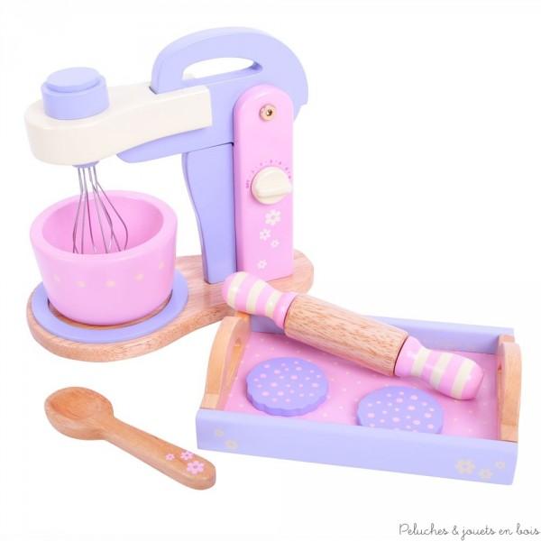 Un robot de cuisine mixer avec un plateau, 2 petits gateaux, un rouleau à patisserie et une cuillère en bois. Prépare ton gâteau comme maman avec ce magnifique robot, il suffit de tourner le bouton du robot et les batteurs tournent. Rabats-les pour retirer ton bol. 8 pièces en bois aux couleurs tendres. Normes CE
