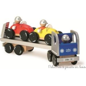 Semi-remorque en bois transportant 2 voitures. Personnages amovibles. Ensemble de jouets signé Vilac. A partir de 3 ans+