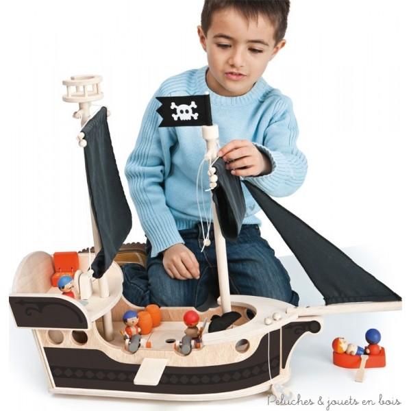 Tous à l'abordage, les terribles pirates arrivent, la terreur des mers ! Voici un fantastique voilier riche en accessoires soignés et détails réalistes pour jouer en sillonnant la mer. Six pirates près à tout peuplent le navire en se divisant les corvées: il y a les voiles à amener, une vigie pour apercevoir les dangers, le capitaine à la poupe gouvernant le timon et de nombreux sacs de vivres et barils qui se rangent dans la soute… mais attention, ennemies en vue, préparer les canons! Et quand la terre est proche, après une brève consultation de la carte, tous sur la chaloupe, à la recherche du trésor…. Toi aussi lèves l'ancre et pars à l'aventure avec eux. Dimensions : 66 x 53 x 20 cm. Normes CE