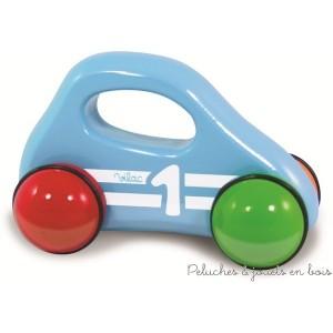 Cette petite voiture destinée aux tout petits avec sa poignée ergonomique pour une parfaite préhension est en bois et est signée Vilac. A partir de 1 an+