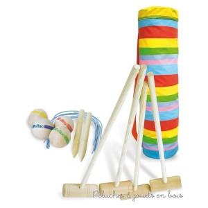 Ce set croquet junior en bois est made in France et comprend 4 maillets en bois, 4 boules en bois de couleurs différentes, 2 piquets de début et de fin de parcours, 10 arceaux le tout facile à ranger et a transporter dans un sac multicolore avec un bandouillère. Longueur du sac environ 60 cm. Normes CE.