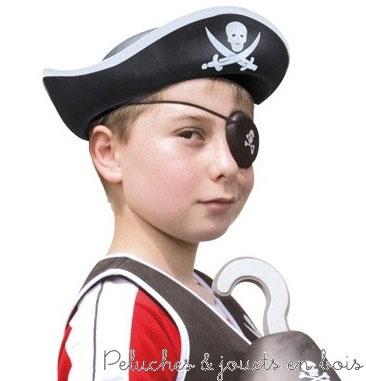 Ce pack panoplie de pirate en mousse signé Le coin des enfants contient gilet, bonnet, cache-oeil, bouclier, crochet et sabre. Dimensions 60 x 40 x 8 cm.
