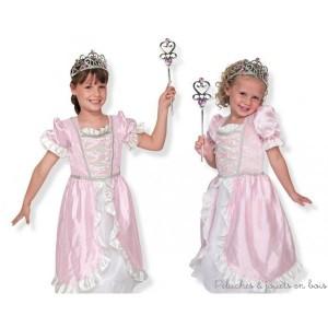 Ce magnifique ensemble de qualité de déguisement de princesse comprend une robe rose satinée ornée de volants blancs et d'un galon argentée ainsi qu'une élégante couronne de princesse et une baguette. La robe est lavable à froid sur le cycle délicat elle a une taille adaptable de 3 à 6 ans grâce à un système de fronces et d'attaches type scratch dans le dos. Normes CE