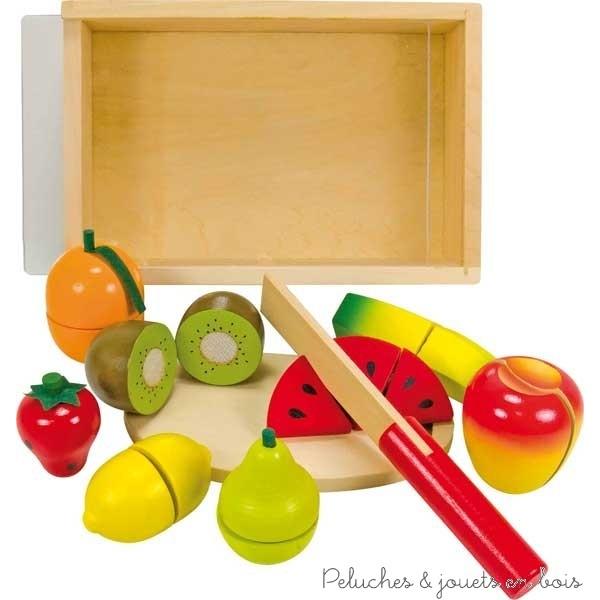 Une boite en bois contenant 8 fruits dont 7 à découper : fraise, citron, orange, banane, poire, pomme, kiwi, pastèque en plusieurs morceaux avec un couteau en bois et une planche à découper. L'ensemble est reconstituable à l'infini grâce à des scratch. Dimensions 21 x 14 x 6,5 cm. Normes CE