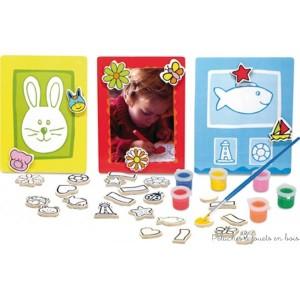 Un kit complet de 30 magnets en bois à peindre, pinceau et pots de peinture avec trois tableaux magnétiques en bois pour accrocher des photos à faire tenir grâce aux magnets peints à la main. Un jeu créatif signé Vilac. A partir de 4 ans+
