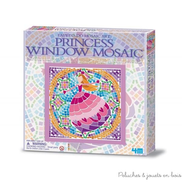 Une mosaïque princesse de la marque 4M de 800 pièces de mosaïque adhérentes et réutilisables, 1 patron, 1 tableau transparent, 4 ventouses et des instructions détaillées. A partir de 7 ans+