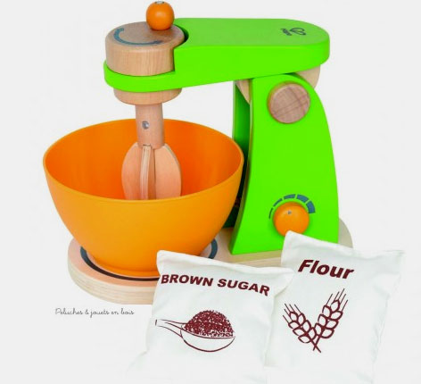Un robot de cuisine mixer de la marque Hape avec un sachet de sucre et de