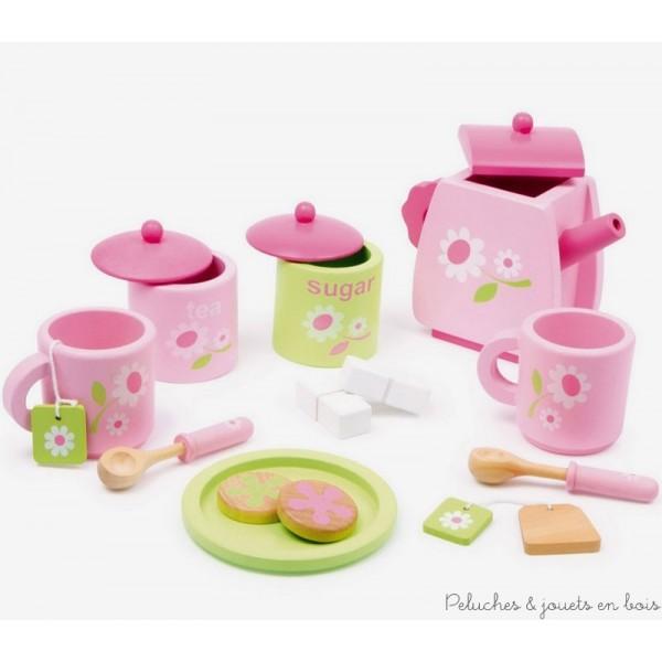 De couleur rose clair et vert pastel ce service à thé comporte 2 pots avec couvercle, 1 théière, 2 tasses et constitue un plaisir des yeux à l'heure du thé des enfants ! 2 cuillères, 2 sachets de thé et 2 morceaux de sucre ainsi qu'une assiette et 2 biscuits complètent le service en bois verni à motif floral raffiné. Dimensions de la théière 14 x 12 cm Normes CE