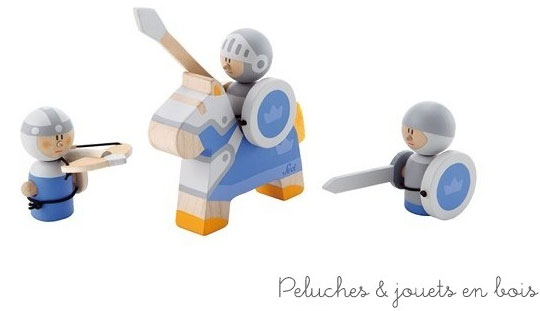 Un ensemble de 3 guerriers bleus comprenant un chevalier avec une lance et un bouclier, un guerrier avec une épee et un bouclier et un autre guerrier avec une arbalète. Taille du chevalier : 12.5 x 9.5 cm taille des guerriers : 7 x 5.5 cm et 6 x 5.5 cm. Normes CE.