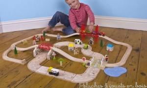 Ce set de train de campagne avec un circuit de voiture intégré de la marque de train Bigjigs compatible avec les trains des autres grandes marques comprend 80 pièces en bois. A partir de 3 ans+
