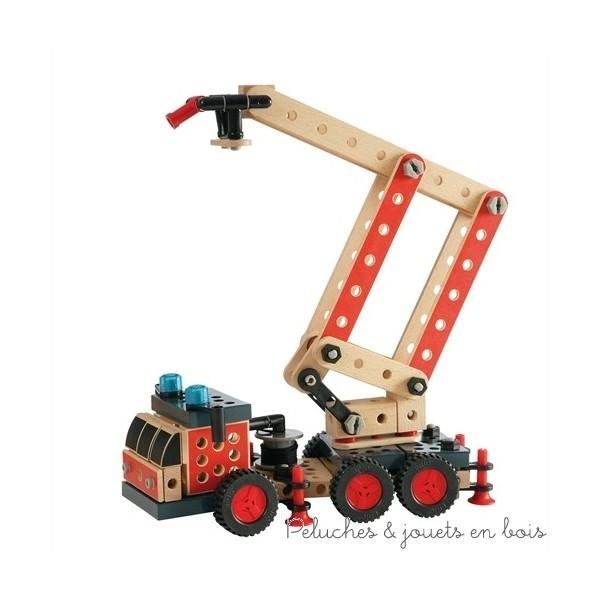 Vous construisez et vous jouez ! Ce surprenant Camion de Pompiers en bois offre une multitude de détails réalistes comme une grande échelle et une lance à incendie. Il est aussi amusant de le construire que de jouer avec. Montez, démontez et remontez le à l'infini. Avec le Camion de Pompiers BRIO Builder vous avez le choix entre construire le camion de pompiers, le second modèle proposé ou de laisser parler votre imagination. Pince, clé et manuel d'instructions sont inclus. De nouvelles idées de construction sont disponibles en exclusivité sur www.brio.net. Taille 34.5 cm. Normes CE