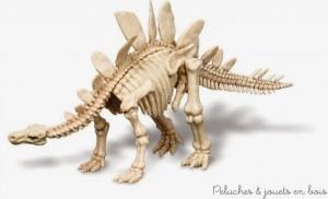 Jouez au paléontologue ! déterrez les os d'un stégosaurus qui écumait la terre il y a des millions d'années. Assemblez ensuite les pièces pour former le squelette de cet étonnant dinosaure, bardé de plaques défensives et de pointes. Un jeu scientifique approuvé par le muséum de sciences naturelles en Belgique. Ce kit contient un bloc de plâtre et un outil spécial pour faciliter la mise à jour du squelette. Des heures de plaisir pour assembler ce stégosaurus de 17 cm de long et ensuite l'exposer ! Normes CE