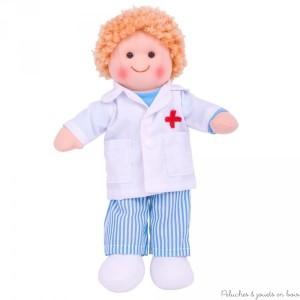 Cette sympathique poupée de chiffon est prénomée Thomas (Tommy en Angleterre) c'est un Docteur, il fera un couple parfait avec l'infirmière Victoire (Nancy en Angleterre) ! Taille 28 cm. Normes CE