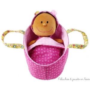 De la marque Lilliputiens, Bébé Zoé est couchée confortablement dans son petit couffin douillet, en dessous de sa couverture.