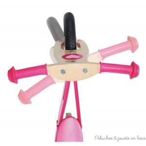 Il y a deux poignées de sécurité sur le guidon ainsi qu' une limitation du braquage du guidon pour que l'enfant ne perde pas l'équilibre dans les tournants.
