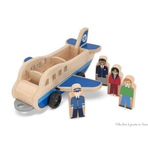 Un avion en bois avec un ensemble de chariot à bagages et ses passagers. 12 pièces en bois de grande qualité 3 véhicules, 5 personnes, 4 valises Des connecteurs robustes relient les trois véhicules dont les roues roulent en douceur. Pour des heures de jeu imaginatif ! Dimensions 53,5 x 11 x12,5 cm. Normes CE