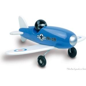 Un élégant avion de voltige bleu en bois de hêtre massif laqué signé Vilac. Subtil mélange entre design et tradition pour petits et grands enfants. A partir de 3 ans+