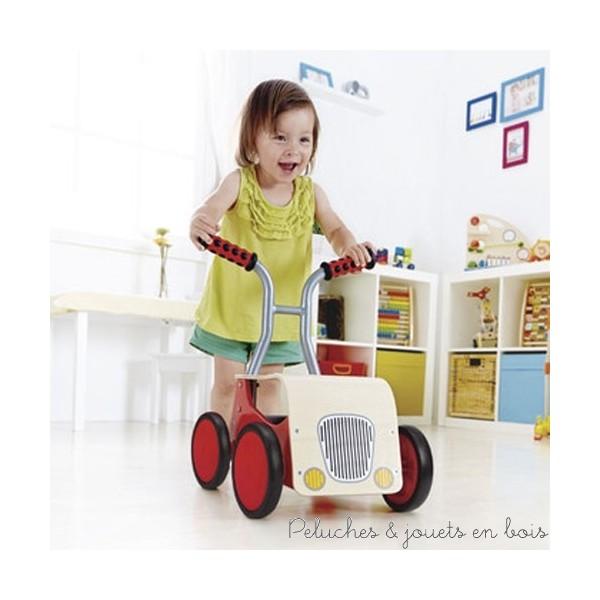 Le chariot de marche est un jouet plébiscité lors de l'apprentissage de la marche. Idéal pour l'évolution motrice et le développement cognitif, c'est un jouet éducatif qui accompagne les étapes successives de la croissance de l'enfant. Les marques de jouets en bois proposent chacune des chariots de marche aux nombreuses possibilités, pour les tout-petits à partir de 10 mois et jusqu'à ce qu'ils aient plus ou moins 3 ans et soient en mesure de se débrouiller tout seul. Tirer, pousser, avancer assis et jouer tout en apprenant, voilà une jolie façon de s'amuser !