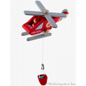Un hélicoptère de pompiers en bois équipé d'un conducteur et d'un hélitreuil avec cuve à eau, un ensemble de 6 pièces de la marque Sevi. A partir de 3 ans+