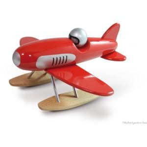 Un élégant hydravion rouge signé Vilac en bois massif. Subtil mélange entre design et tradition, pour les petits et les grands enfants. A partir de 3 ans+