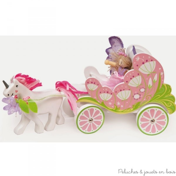 Dans la collection Fairyland de la marque Le Toy Van, Un charmant carrosse en bois peint avec une poupée articulée en bois fée et une licorne amovible. A partir de 3 ans+