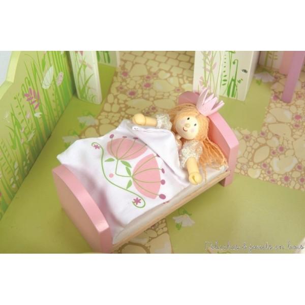 Maison de poupées en bois pour Princesse dans le lit du Palace, signé Le Toy Van et Budkins : poupées articulées en bois