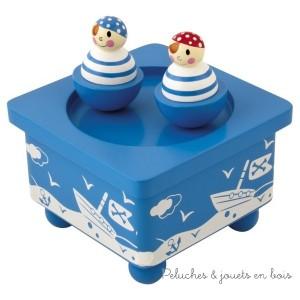 La boîte à musique en bois Pirates de la marque Ulysse Couleurs d'Enfance est ludique mais aussi très décorative avec son thème bleu et blanc. A partir de 3 ans +