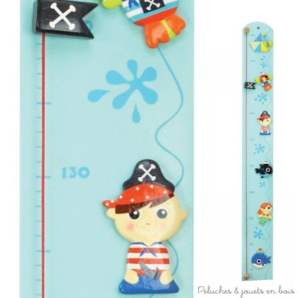 Une toise fil couleur très décorative de la gamme pirate avec support en bois et des figurines peintes à la main accrochées. Dimensions 100 x 12 x 4 cm. Normes CE