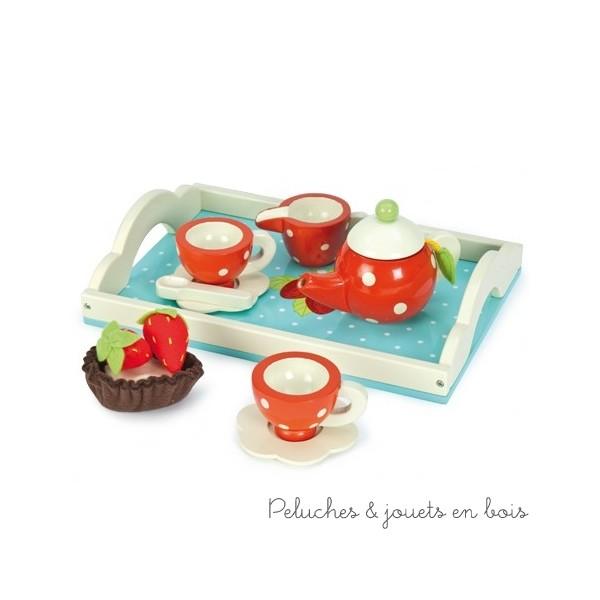 Dans la collection Honeybake de la marque Le Toy Van un ravissant service à thé fraise de 12 pièces. Avec une théière et son sachet de thé, 2 tasses et sous tasses, une cuillère, un pot à lait, une très gourmande tartelette à la fraise, le tout servi sur un solide plateau. A partir de 3 ans+