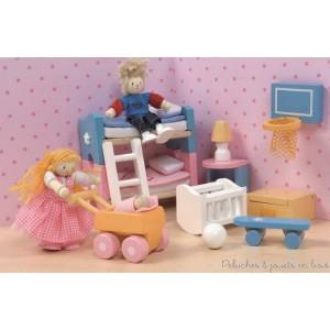 la chambre des enfants avec ses accessoires comme visibles sur la photo. Meubles et accessoires sont à l'échelle des poupées articulées en bois et seront parfaits pour équiper les maison de poupée en bois. A partir de 3 ans+