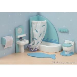 Dans la collection Sugar Plum de la marque Le Toy Van, La salle de bain avec ses accessoires comme visibles sur la photo. Meubles et accessoires sont à l'échelle des poupées articulées en bois et seront parfaits pour équiper les maison de poupée en bois. A partir de 3 ans+