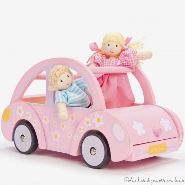 Dans la collection Daisylane de la marque Le Toy Van, la jolie voiture de sophie en bois peint, conçue à l'échelle des poupées en bois avec des baggages coordonnés. A partir de 3 ans+