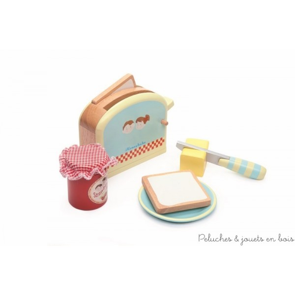Dans la collection Honeybake de la marque Le Toy Van, un set de grille-pain complet comprenant : un grille pain avec un système de ressort, 2 tranches de pain, du beurre pouvant être portionné avec du velcro, un couteau en bois, un pot de confiture et une assiette. A partir de 3 ans+
