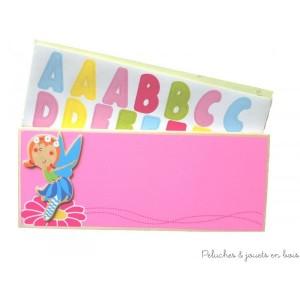 Une plaque de porte en bois rose sur le thème fée de la marque Bigjigs, avec des lettres multicolores adhésives pour écrire le prénom. Pour la décoration de chambre d'enfant.