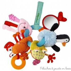 Ce trousseau de clés est composé d'un anneau de dentition et de 5 amis de l'eau : Anouk le pingouin, roméo le crapaud, oscar le crabe, une pieuvre et un poisson. Chaque personnage est réalisé dans une matière différente, ils cachent une panoplie d'activités et différents sons (bruit de papier, hochet, pouet...) muni d'un scratch il peut s'attacher et s'emmener partout. 100% polyester, lavable en machine à 30° cycle délicat. Dimensions 26 x 26 cm. Normes CE EN71
